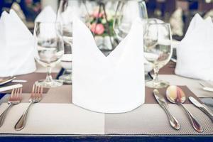 bordssats i hotellets restaurang - ljus vintage filtereffekt bearbetar stilbilder foto