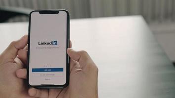 chaing mai, Thailand, 6 apr 2021 - person som använder linkedin på telefon foto