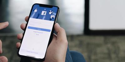 chaing mai, Thailand, 6 apr 2021 - person som använder facebook på telefon foto