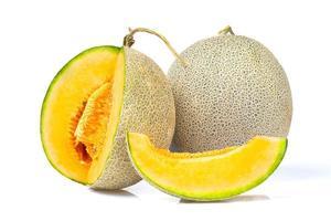 färska meloner på en vit bakgrund foto