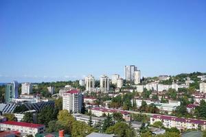 stadshorisont med en klarblå himmel i Sotji, Ryssland foto