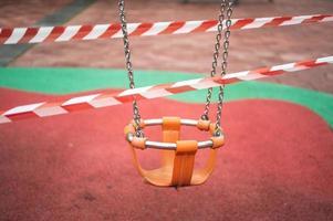 barns gunga i en offentlig park stängning för coronavirus foto