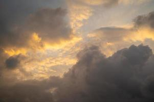 soluppgångshimmel, mycket molnigt foto