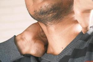 närbild av en mans hals foto