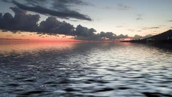 färgglad molnig solnedgång över en vattensamling foto