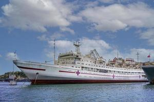 marinmålning av ett stort skepp i hamn i Sevastopol, Krim foto