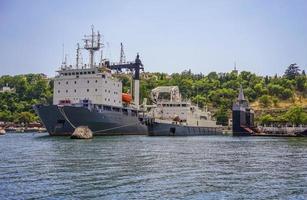 marinmålning av stora fartyg i hamn i Sevastopol, Krim foto