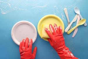 person som rengör färgglada tallrikar foto