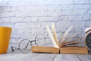 bok och glasögon foto