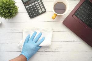 ovanifrån av en person som städar sitt skrivbord foto