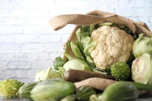 grönsaker mot en vit tegelvägg foto