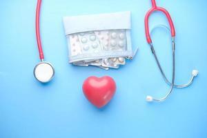 piller, stetoskop och hjärta foto