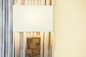 tabell ljus lampa dekoration i sovrum interiör foto