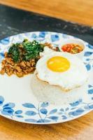 kryddigt fläsk med basilikablad och ris foto