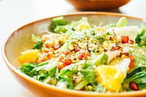 grillad kyckling med grönsak och granatäpple, fruktsallad i tallrik - bearbetning av färgfilter foto