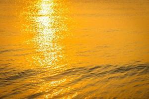 vacker soluppgång på stranden och havet foto