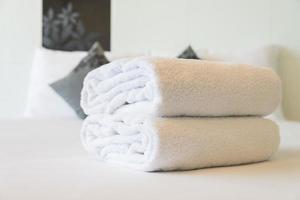 handdukar på sängen foto