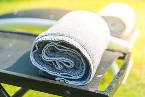 handduk på sängen vid poolen foto