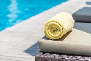 handdukar på sängen vid poolen foto