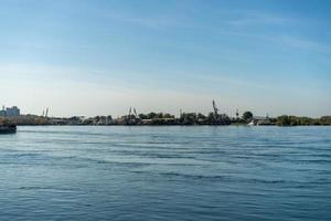 landskap av floden Angara och kusten i Irkutsk, Ryssland foto