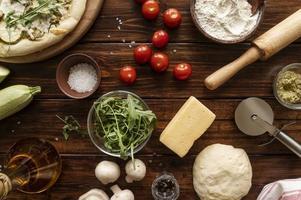 sammansättning av läckra traditionella pizzaingredienser foto