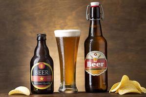 öl i glas och flaskor foto
