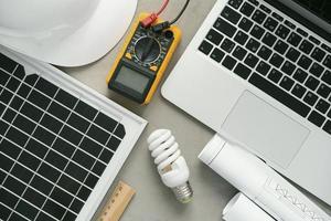 elektrisk apparat på skrivbordet med bärbar dator foto