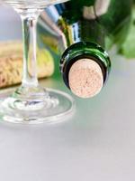 vinflaska med kork närbild foto