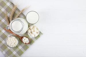 kopia utrymme ovanifrån arrangemang med mjölk foto
