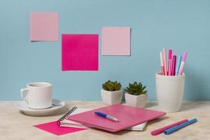 skrivbordsarrangemang med anteckningsbokspennor foto