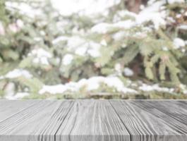 tomt träbord med framifrån av julgran med snö foto