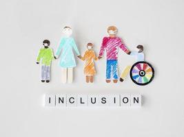 familj med handikapputklippspapper, inkluderingsbegrepp foto