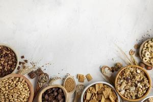 platt lågsortiment av frukostflingor med kopieringsutrymme foto