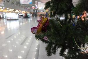 närbild av ett julgran och ornament i en järnvägsstation i Adler, Ryssland foto