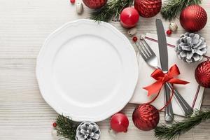platt låg jul porslin med tom tallrik foto