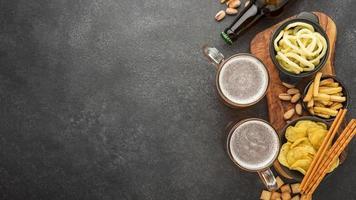 platt låg ram med öl snacks foto