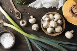 färska svamparrangemang, ovanifrån foto