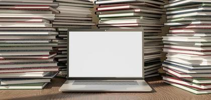 laptop mockup full av högar av böcker runt foto