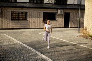 ung kvinna som kör på gatan foto
