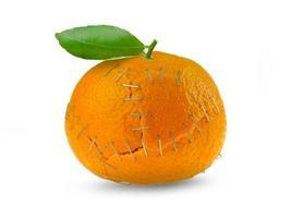 orange citrusskal häftade ihop på isolerad vit bakgrund foto