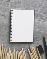 närbild pennor nära skissbok foto