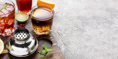 hög vinkel blandning av alkoholhaltiga drycker med kopia utrymme foto