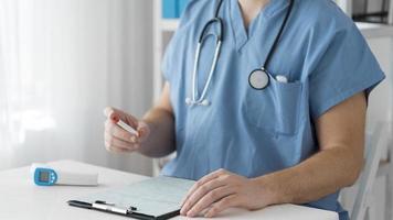 covid 19 testprover vid läkarens skrivbord foto