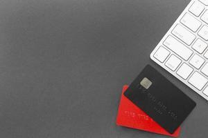 cyber måndag försäljning kreditkort och tangentbord på grå bakgrund foto
