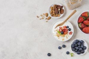 utsökt frukost med yoghurt och frukt foto