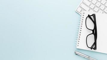 skrivbordskonceptram med objekt på ljusblå bakgrund foto