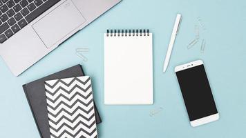 skrivbord med föremål på ljusblå bakgrund foto