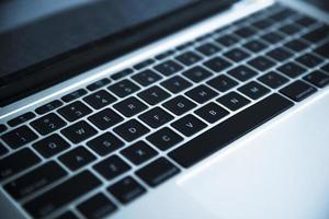 grå bärbar dator tangentbord närbild foto