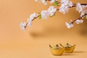 kinesiskt nyårskoncept med blomningsträd på orange bakgrund foto