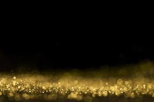 närbild gyllene glitter med kopia utrymme på svart bakgrund foto